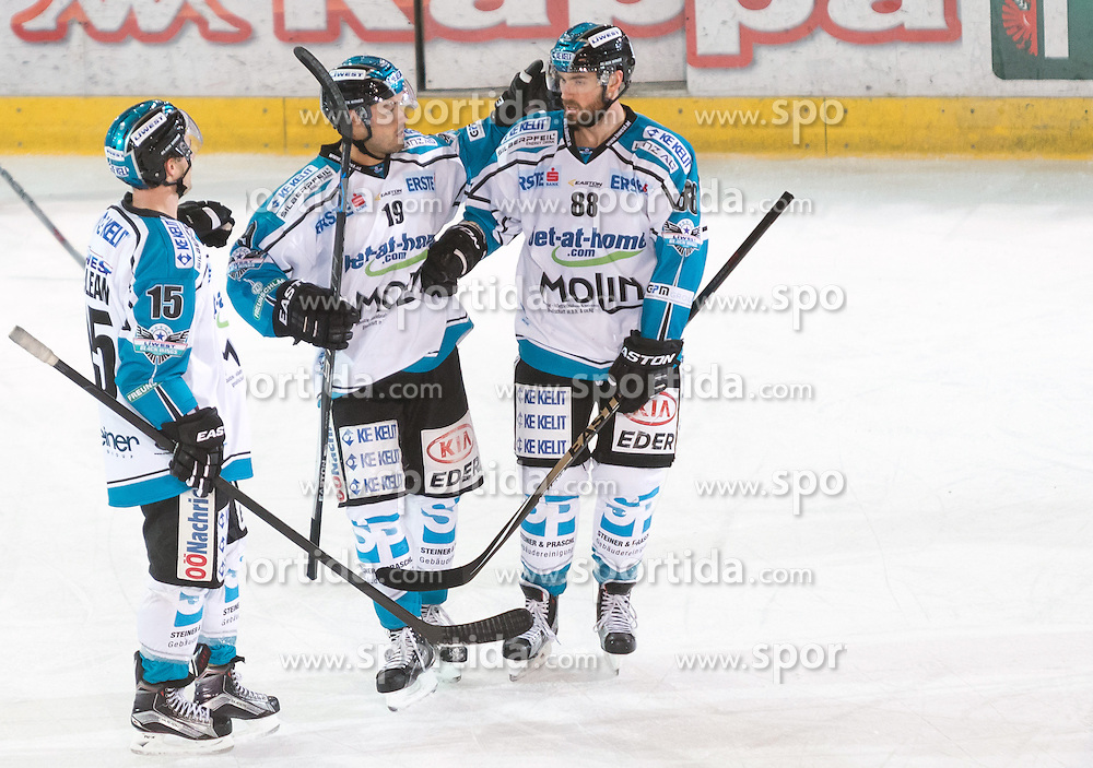 17.11.2015, Tiroler Wasserkraft Arena, Innsbruck, Österreich, EBEL, HC TWK Innsbruck die Haie vs EHC Liwest Black Wings Linz, 21. Runde, im Bild Torjubel EHC Liwest Black Wings Linz nach dem Tor zum 3:1 durch Andrew Jacob Kozek (EHC Liwest Black Wings Linz) // during the Erste Bank Icehockey League 21st round match between HC TWK Innsbruck  die Haie and EHC Liwest Black Wings Linz at the Tiroler Wasserkraft Arena in Innsbruck, Austria on 2015/11/17. EXPA Pictures © 2015, PhotoCredit: EXPA/ Jakob Gruber