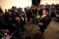14 NOV 2009, DRESDEN/GERMANY:<br /> Sigmar Gabriel, SPD Parteivorsitzender, gibt Journalisten ein Pressestatement, SPD Bundesparteitag, Messe Dresden<br /> IMAGE: 20091114-01-092<br /> KEYWORDS: Parteitag, party congress, Kamrea, Camera, Mikrofon, microphone,