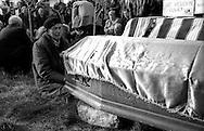 Kosovo - Pejë, Novembre 2000 .Il funerale di quattro rom Askalia uccisi al rientro delle loro case provenienti dai campi profughi da uomini di etnia albanese. Il padre di uno degli uccisi