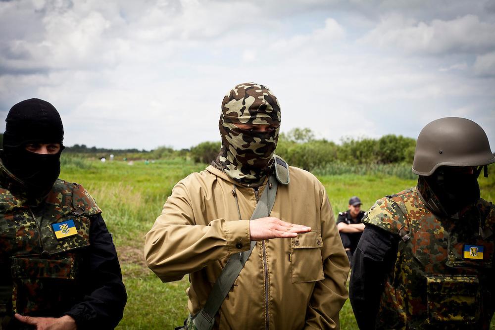 Il comandante del battaglione di autodifesa Donbass, Semyon Semyonchenko. Smette la sua carriera di piccolo imprenditore per seguire i fatti di Euromaidan a Donetsk. Dopo l'inizio degli scontri nella regione del Donbass, nell'Ucraina dell'est, decide di costituire un battaglione di volontari, individuato tramite i social media, con cui combattere i separatisti della Repubblica Popolare di Donetsk.