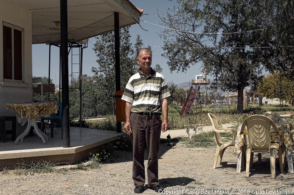 Aydin , gestore di un chiosco sul bastione veneziani di ......  , di Ankara , da venticinque anni a Cipro. da due anni a Nicosia. Prima di gestire il chiosco faceva il cameriere nel ristorante di un albergo di kirkira....??