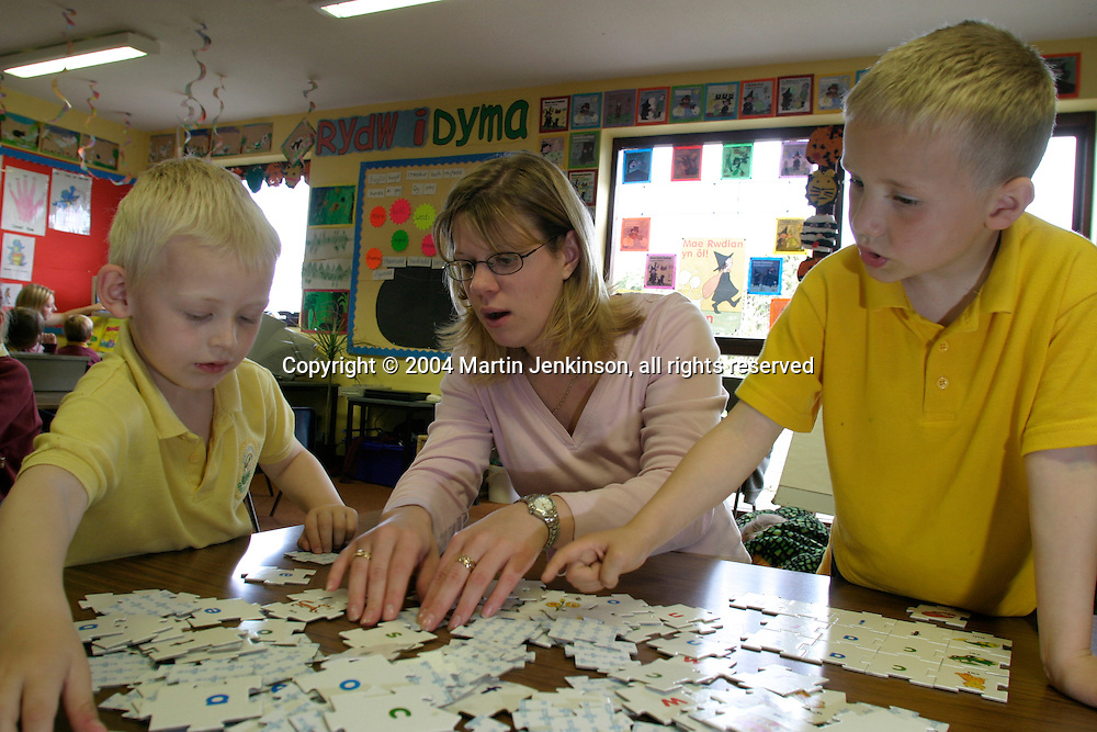 Teacher Sian Luke in her Year One class learning through play, Ysgol Gynradd Amlwch, Anglesey....© Martin Jenkinson, tel 0114 258 6808 mobile 07831 189363 email martin@pressphotos.co.uk. Copyright Designs & Patents Act 1988, moral rights asserted credit required. No part of this photo to be stored, reproduced, manipulated or transmitted to third parties by any means without prior written permission
