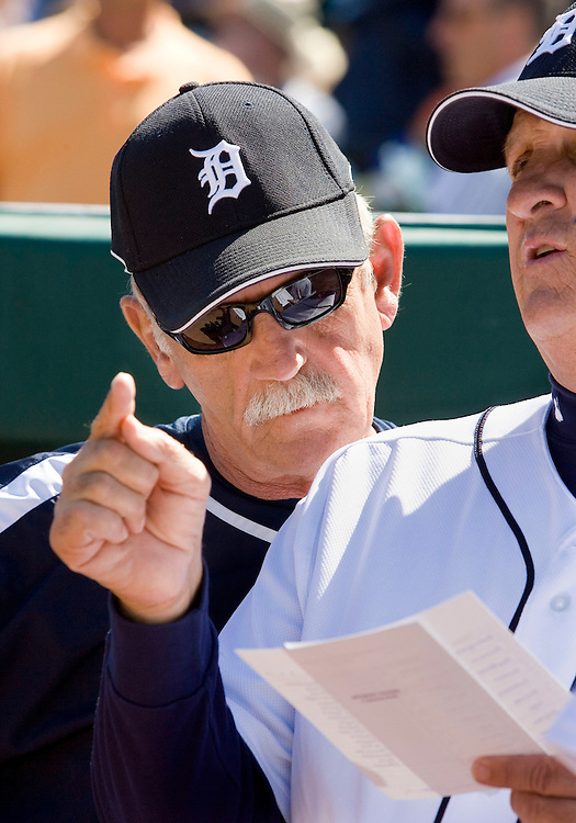 Detroit Tigers manager Jim Leyland looks over the shoulder of third base coach Gene Lamont to review starting lineup before their MLB spring training baseball game against the Toronto Blue Jays in Lakeland, Florida March 6, 2007.  REUTERS/Scott Audette(UNITED STATES)