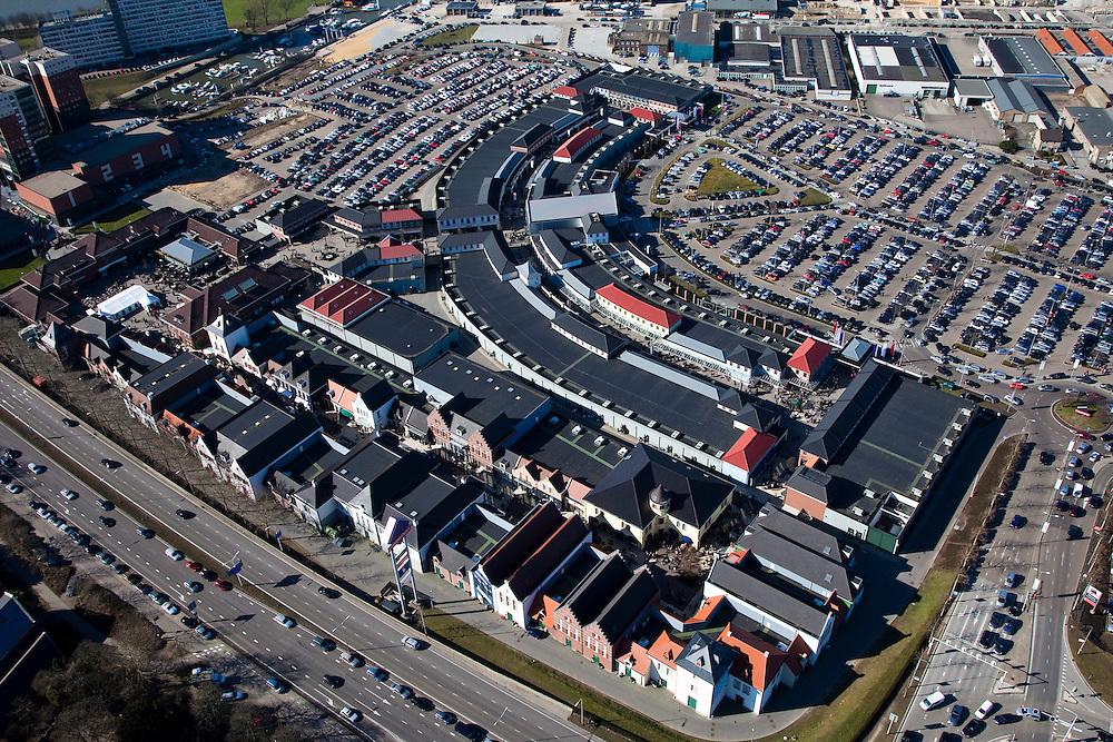 Nederland, Limburg, Roermond, 07-03-2010; Stadsweide, Designer Outlet Roermond - onderdeel van McArthurGlen-groep. Het center is gedeeltelijk gehuisvest in quasi oud-hollandse huisjes en ligt midden in een erom parkeerterrein. .Designer Outlet Roermond - part of McArthurGlen group. The center is partly  housed in quasi old houses and is located in the middle of an enormous parking lot..luchtfoto (toeslag), aerial photo (additional fee required).foto/photo Siebe Swart