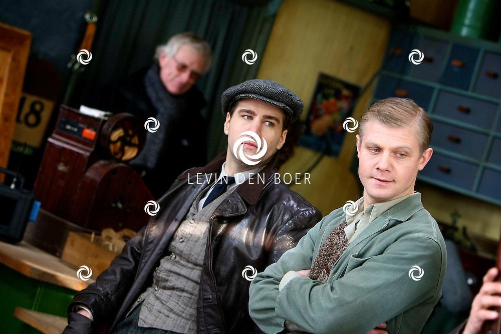 DEN HAAG - In de oude straten van Den Haag zijn ze een nieuwe film aan het opnemen genaamd Sonny Boy naar het boek van Annejet van der Zijl. Met op de foto Dave Mantel en Micha Hulshof.  FOTO LEVIN DEN BOER / PERSFOTO.NU