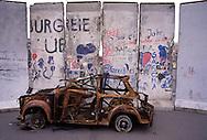 DEU, Germany, Berlin, relicts of a Trabant car in front of fragments of the Berlin Wall.....DEU, Deutschland, Berlin, Ueberreste eines Trabis vor Fragmenten der Berliner Mauer...1990