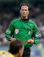 15-05-2008 Voetbal:RKC Waalwijk:ADO Den Haag:Waalwijk<br /> Scheidsrechter Nijhuis laat Frank van Mosselveld zijn tweede gele kaart zien<br /> Foto: Geert van Erven
