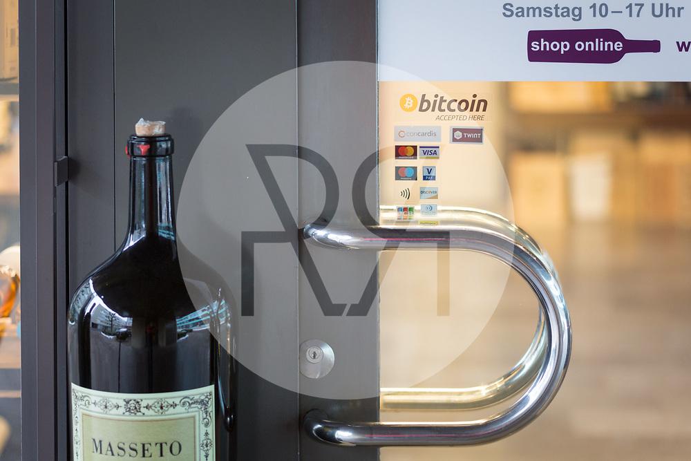 SCHWEIZ - ZUG - Bitcoin-Aufkleber an der Eingangstüre des Weinhandelsgeschäft 'House of Wines' - 01. März 2018 © Raphael Hünerfauth - http://huenerfauth.ch
