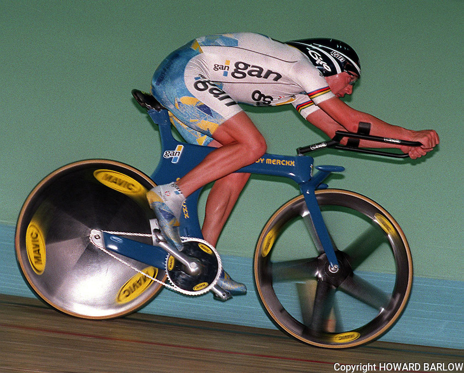 PIC BY HOWARD BARLOW..CHRIS BOARDMAN BREAKING THE WORLD ONE HOUR RECORD AT MANCHESTER VELODROME in SEPTEMBER 1996..Boardman's  record is 56.3759 Kilometres in the hour.