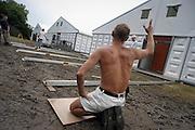 Nederland, Nijmegen, 8-7-2004<br /> Tentenbouwers leggen de laatste hand aan het grote tentenkamp op Heumensoord, waar tijdens de vierdaagse 4daagse, 4 daagse, traditioneel de militairen uit vele landen gehuisvest worden. Voor het eerst is een maximun gesteld aan het totaal aantal deelnemers van het wandelevenement. 47.000 wandelaars zullen dit jaar meelopen. wandelsport.<br /> Foto: Flip Franssen/Hollandse Hoogte