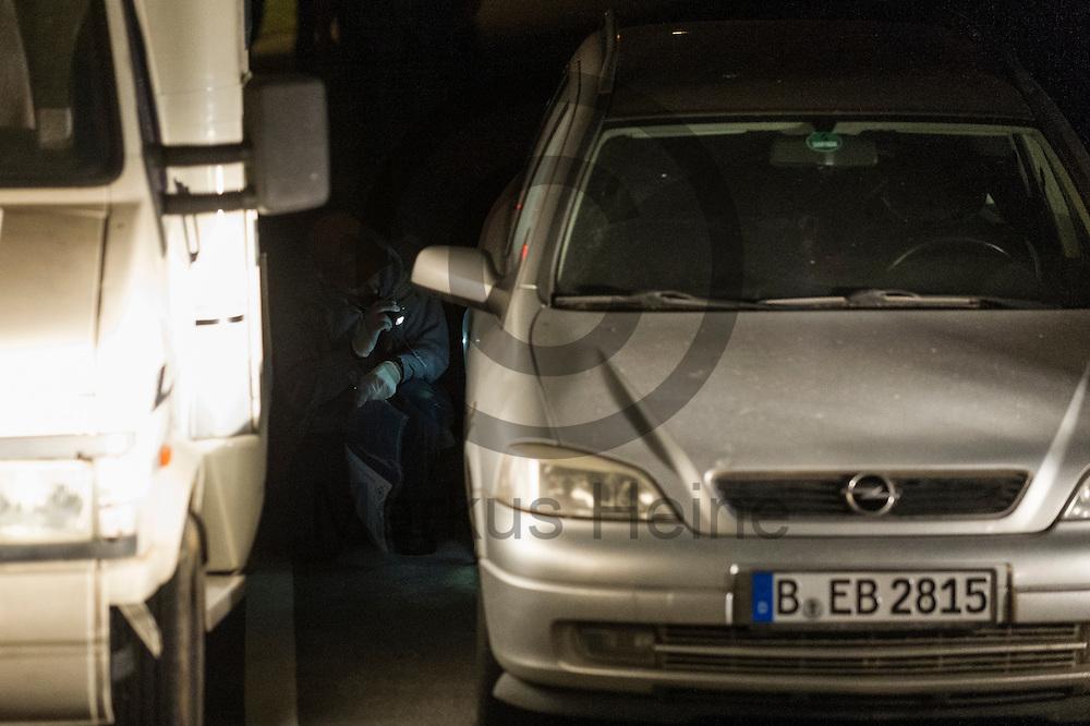 Ein Ermittler der Polizei untersucht am 06.07.2016 in Lichtenberg, Berlin, Deutschland ein Auto nach einer mutma&szlig;lichen Autobrandstiftung. Wegen des andauernden Polizeieinsatzes in einem besetzten Haus in der Rigaer Stra&szlig;e kommt es vermehrt Nachts zu Brandanschl&auml;gen auf Autos und andere Gegenst&auml;nde. Foto: Markus Heine / heineimaging<br /> <br /> ------------------------------<br /> <br /> Ver&ouml;ffentlichung nur mit Fotografennennung, sowie gegen Honorar und Belegexemplar.<br /> <br /> Bankverbindung:<br /> IBAN: DE65660908000004437497<br /> BIC CODE: GENODE61BBB<br /> Badische Beamten Bank Karlsruhe<br /> <br /> USt-IdNr: DE291853306<br /> <br /> Please note:<br /> All rights reserved! Don't publish without copyright!<br /> <br /> Stand: 07.2016<br /> <br /> ------------------------------