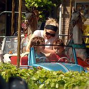NLD/Laren/20070429 - Maria Kooistra met kinderen in de draaimolen