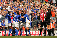 Fotball<br /> England 2004/2005<br /> Foto: SBI/Digitalsport<br /> NORWAY ONLY<br /> <br /> Ipswich Town v Sunderland<br /> <br /> The Coca-Cola Football League Championship. Portman Road.<br /> 17/04/05<br /> <br /> Ipswich's Jason De Vos celebrates his goal against Sunderland while Stephen Caldwell gets yellow carded.