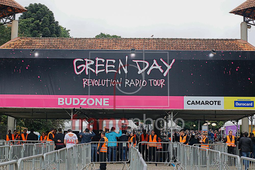Grenn Day entrou no palco da Pedreira Paulo Leminski em Curitiba,  nesta noite (05/11) as 19 hrs e fez o show para o publico de mais de 15 mil pessoas.  Green Day é uma banda de punk rock dos Estados Unidos formada em 1987 em Berkeley, Califórnia. A banda é composta por 3 membros, Billie Joe Armstrong, Mike Dirnt e Tré Cool. Foto: Gisele Pimenta/Framephoto