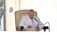 Rom, Vatikan 08.03.2013 Papst Franziskus I. bei der woechentlichen Generalaudienz auf dem Petersplatz fliegt sein paepstliches Pileolus weg