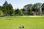 In Utrecht picknicken twee mensen als enige in het Noorderpark en genieten van het mooie lenteweer.<br /> <br /> In Utrecht two people are the only ones enjoying the nice spring weather in the Noorderpark.
