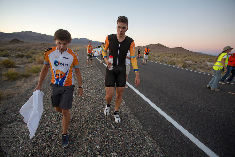 Sebastiaan Bowier loopt met trainer Niels naar de rustplek na zijn race op de derde racedag van het WHPSC. In de buurt van Battle Mountain, Nevada, strijden van 10 tot en met 15 september 2012 verschillende teams om het wereldrecord fietsen tijdens de World Human Powered Speed Challenge. Het huidige record is 133 km/h.<br />