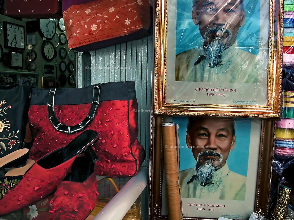 Vietnam, Ho Chi Min City: president Ho Chi Min icons with fashion bags and shoes...l'icona dell'ex presidente Ho Chi Min in un negozio a fianco a borse e scarpe made in Vietnam..Vietnam, Ho Chi Min City: president Ho Chi Min icons with fashion bags and shoes...l'icona dell'ex presidente Ho Chi Min in un negozio a fianco a borse e scarpe made in Vietnam