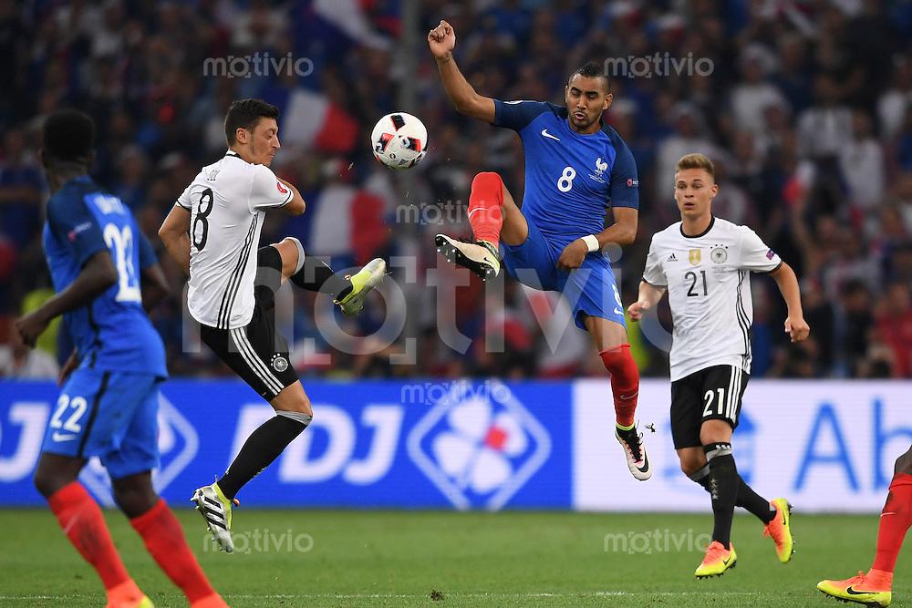 FUSSBALL EURO 2016 HALBFINALE IN MARSEILLE  Deutschland - Frankreich                 07.07.2016 Mesut Oezil (li, Deutschland) gegen Dimitri Payet (re, Frankreich)