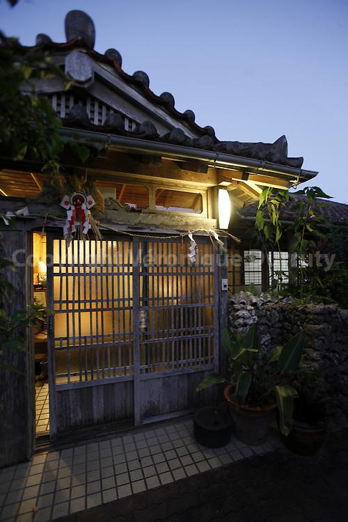 entrance of a traditional house, Ishigaki, Okinawa / entree d'une maison traditionnelle, Ishigaki, Okinawa