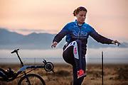 Atlete Rosa Bas is bezig met haar warming up. Op zondagochtend vinden de kwalificaties plaats. Het Human Power Team Delft en Amsterdam, dat bestaat uit studenten van de TU Delft en de VU Amsterdam, is in Amerika om tijdens de World Human Powered Speed Challenge in Nevada een poging te doen het wereldrecord snelfietsen voor vrouwen te verbreken met de VeloX 9, een gestroomlijnde ligfiets. Het record is met 121,81 km/h sinds 2010 in handen van de Francaise Barbara Buatois. De Canadees Todd Reichert is de snelste man met 144,17 km/h sinds 2016.<br /> <br /> With the VeloX 9, a special recumbent bike, the Human Power Team Delft and Amsterdam, consisting of students of the TU Delft and the VU Amsterdam, wants to set a new woman's world record cycling in September at the World Human Powered Speed Challenge in Nevada. The current speed record is 121,81 km/h, set in 2010 by Barbara Buatois. The fastest man is Todd Reichert with 144,17 km/h.