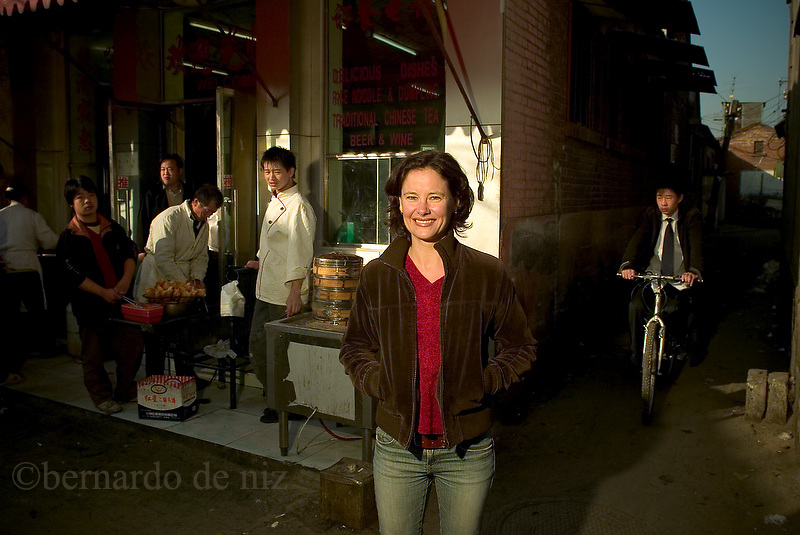 The journalist Charlotte Glennie in a photo session in the antiques ho tongs of down town Beijing, China./ photo: Bernardo De Niz<br />