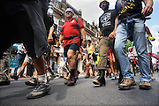 Nederland, Nijmegen, 22-7-2009Deelnemers aan de 4daagse, vierdaagse,  lopen op de tweede dag, de dag van Wijchen, over de voerweg naar de finish op de wedren. Het laatste stuk van het parcours loopt over de Waalkade en door de stad, Hertogstraat, waar ook de zomerfeesten plaatsvinden. The International Four Day Marches Nijmegen (or Vierdaagse) is the largest marching event in the world. It is organized every year in Nijmegen mid-July as a means of promoting sport and exercise. Participants walk 30, 40 or 50 kilometers daily, and on completion, receive a royally approved medal (Vierdaagsekruis). The participants are mostly civilians, but there are also a few thousand military participants. In 2004 a restriction on the maximum number of registrations is set for the first time. The maximum number of 47,000 registrations then has been reached within 6 weeks. More than a hundred countries have been represented in the Marches over the years.Foto: Flip Franssen/Hollandse Hoogte