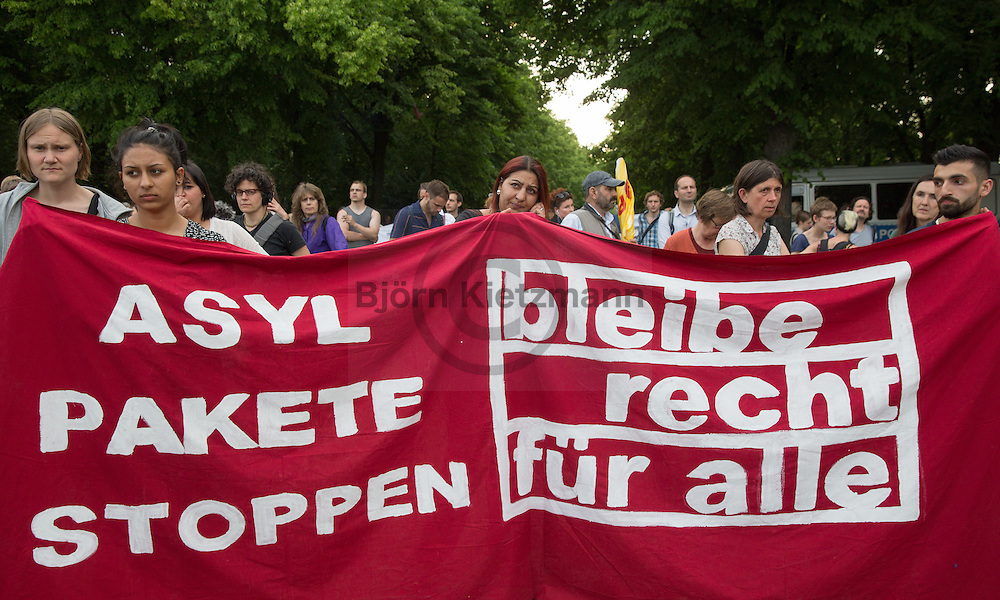 Berlin, Germany - 03.06.2016<br /> <br /> Protest march of Sinti and Roma together with supporter against impending deportations and for the right to stay in Germany.<br /> <br /> Aus Protest gegen akut drohenden Abschiebungen protestierten Sinti &amp; Roma zusammen mit Unterst&uuml;tzer in Berlin-Mitte fuer Bleiberecht und gegen die Anwendung der sicheren Herkunftsstaaten-Asylgesetzregelung.<br /> <br /> Photo: Bjoern Kietzmann