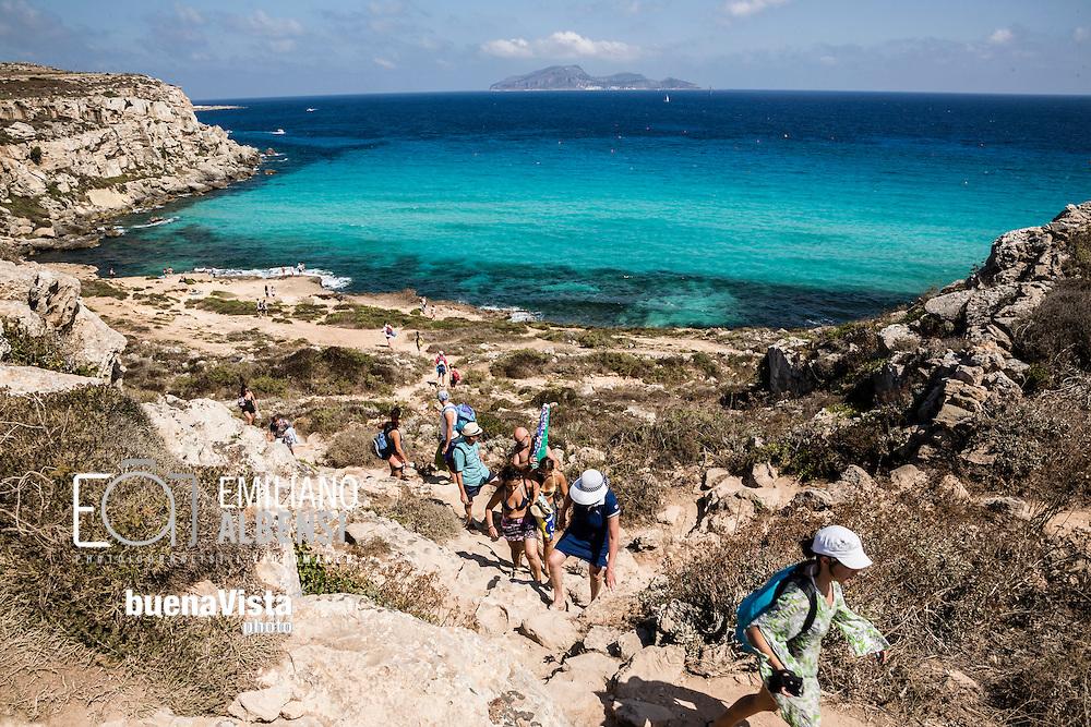 Favignana, Sicilia, Italia, 2016<br /> Turisti a Cala Rossa, a Favignana, Isole Egadi.<br /> <br /> Favignana, Sicily, Italy, 2016<br /> Tourists at Cala Rossa (Red Bay) in Favignana, Aegadian Islands.