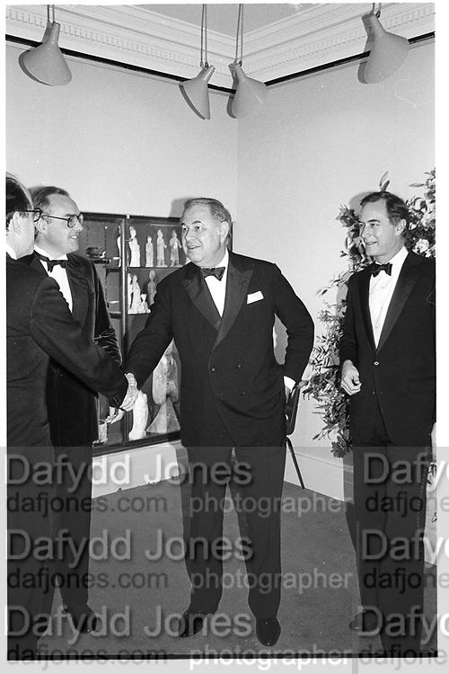 Alfred Taubman, ( Tim Llewellen left.)  Sotheby's. London. 9 December 1985. © Copyright Photograph by Dafydd Jones 66 Stockwell Park Rd. London SW9 0DA Tel 020 7733 0108 www.dafjones.com