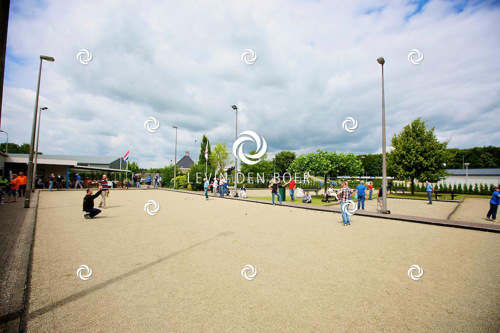 AMMERZODEN - Bij Jeu de boules vereniging L'Ammerzo is een toernooi voor Doublettes gespeeld. De opkomst was groot dit jaar want de prijswinnaars kregen dit jaar voor het eerst geld. FOTO LEVIN DEN BOER - PERSFOTO.NU