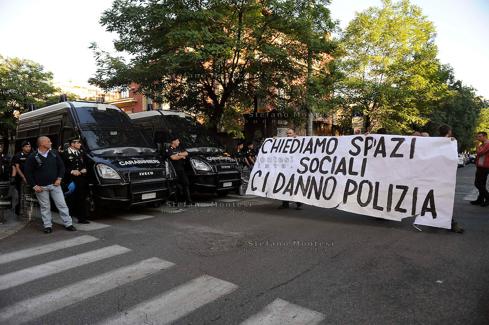 "Roma 13 Ottobre 2009.Sgomberato  il nuovo spazio sociale ""GIAP""  al quartiere San Lorenzo dalle Forze dell'ordine..L'edifico  abbandonato al Quartiere San Lorenzo  era stato occupato da un gruppo di giovani e doveva essere adibito spazio con servizi sociali per il quartiere, sportello casa, sportello lavoro, ludoteca popolare..Il corteo di protesta del pomeriggio..Rome October 13, 2009.Vacated the new social space ""GIAP"" to the San Lorenzo by the police..The abandoned buildings to the San Lorenzo was occupied by a group of young and should be used with area social services for the district, home desk, desk work, popular library.The protest march this afternoon.the banner reads:We demand social spaces, give us police"