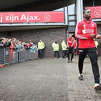 Nederland, Amsterdam , 1 mei 2012..Donderdagmiddag vanaf 17.00 uur mogen aanhangers van Ajax eindelijk nabij de Amsterdam Arena het landskampioenschap vieren. Al enkele weken was het onoverkomelijk dat Ajax de titel zou grijpen, maar sinds woensdag, na de 2-0 zege op VVV, is de titel ook officieel binnen..Op de foto de spelers van Ajax lopen omringd door fans het veld op voor laatste training voor wedstrijd tegen VVV  waarbij publiek mag komen kijken..Speler .Eyong Enoh  loopt het veld op..Foto:Jean-Pierre Jans