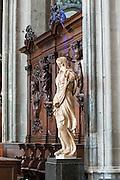 Alabasterstatue von Jacques du Broeucq (16. Jh.), Stiftskirche St. Waltrudis, Inneres, Mons, Hennegau, Wallonie, Belgien, Europa   statue by Jacques du Broeucq (16th ct.), interior of abbey church Saint Waltrude, Mons, Hennegau, Wallonie, Belgium, Europe