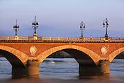 Scène de vie sur le pont de pierre  // Scène of life on pont de pierre.