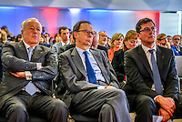 Alain Merieux, Louis SCHWEITZER et Philippe Archinard<br /> BIOASTER, le premier institut dedie a l'innovation technologique en microbiologie, pour favoriser et accelerer des projets innovants et ambitieux dans le domaine de la sante.<br /> <br /> Apres plusieurs mois de retard et l'intervention de la ministre de la Recherche, l'unique Institut de recherche technologique dedie a la santé a enfin demarrer. <br /> Ses fondateurs, de prestigieux industriels, des organismes publics et un college de PME, devront collaborer ensemble sur des projets de recherche.Au lendemain de sa nomination comme 1er ministre, Bernard Cazeneuve avait visite le laboratoire.C'est aujourd'hui Najat VALLAUD-BELKACEM, ministre de l'Education nationale, de l'Enseignement superieur et de la Recherche, et Thierry MANDON, secretaire d'Etat charge de l'Enseignement superieur et de la Recherche, qui inauguraient cet IRT.<br /> Ils etaient accompagnes de Louis SCHWEITZER, commissaire general a l'Investissement.<br /> BIOASTER s'inscrit dans une optique de developpement economique et industriel. <br /> Il a pour ambition d'ancrer les industries de la sante sur le territoire national, de faire emerger des Entreprises de Taille Intermediaire (ETI) et de contribuer a la formation de personnels specialises, avec a terme, plusieurs centaines de chercheurs sur les filieres biotechnologiques de demain pour repondre aux enjeux de sante publique.<br /> <br /> La Fondation de Cooperation Scientifique BIOASTER  est composee de 8 membres Fondateurs : Lyonbiopole et l'Institut Pasteur, Sanofi, Institut Merieux, Danone Research, l'INSERM, le CNRS, le CEA. <br /> Le Conseil d'Administration constitutif de la Fondation de Cooperation Scientifique BIOASTER est elu pour une duree de 3 ans renouvelable :<br /> <br /> President : Alain Mérieux, President de l'Institut Merieux - <br /> Vice-President : Philippe Archinard, President de Lyonbiopole, PDG de Transgene Secretaire : Isabelle Thizon de Gaulle, Vice-Président Par