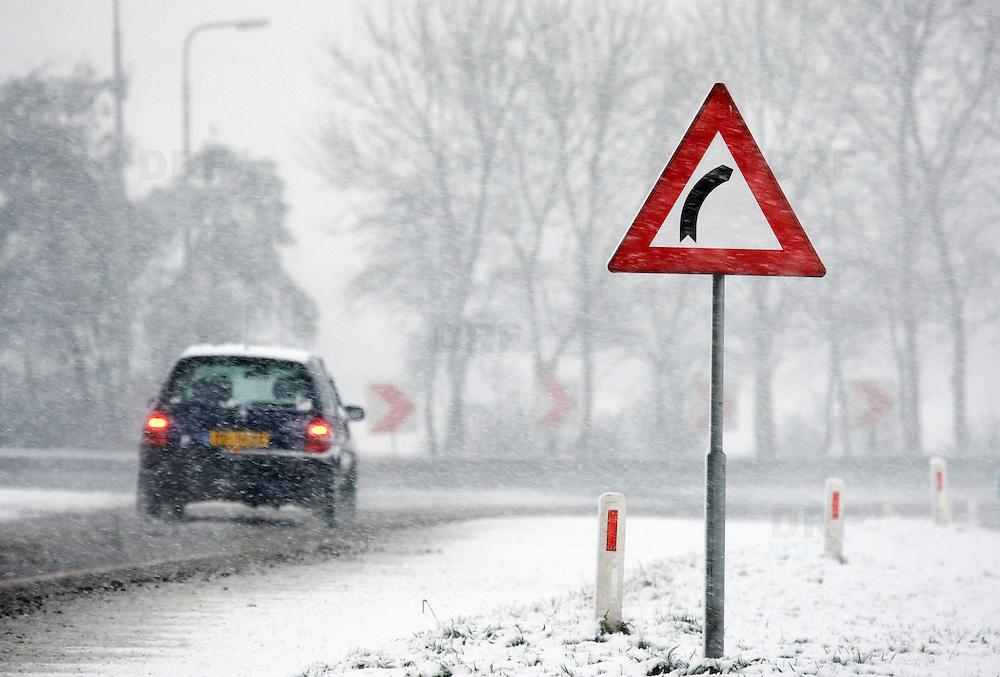 Nederland Barendrecht 23 november 2008 20081123 Foto: David Rozing ..Vandaag viel het eerste pak sneeuw dit seizoen, wat gladheid veroorzaakte op veel wegen. Waarschuwingsbord voor scherpe bocht, ivm de sneeuwval en gladheid gaan automobilisten bijna stapvoets door deze bocht. ..Foto: David Rozing