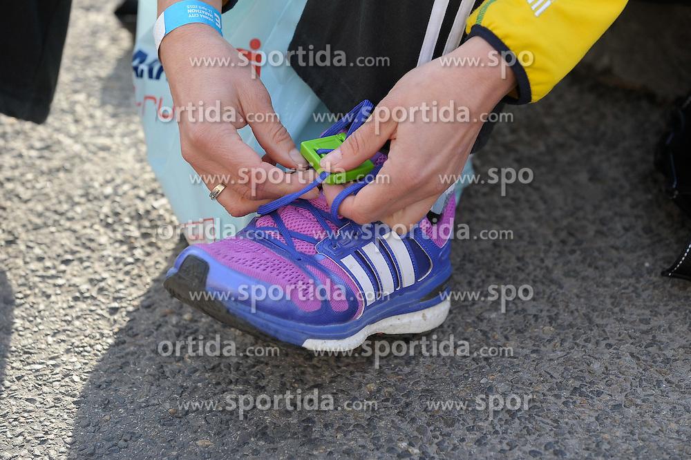 12.04.2015, Wien, AUT, Vienna City Marathon 2015, im Bild wird der Chip in die Schuhbänder eingebunden, Feature // during Vienna City Marathon 2015, Vienna, Austria on 2015/04/12. EXPA Pictures © 2015, PhotoCredit: EXPA/ Gerald Dvorak