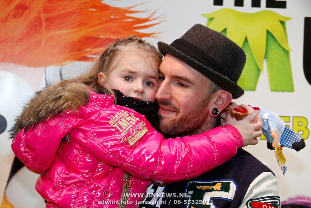 NLD/Amsterdam/20120121 - Filmpremiere The Muppets, Ben Saunders met dochter Stacey