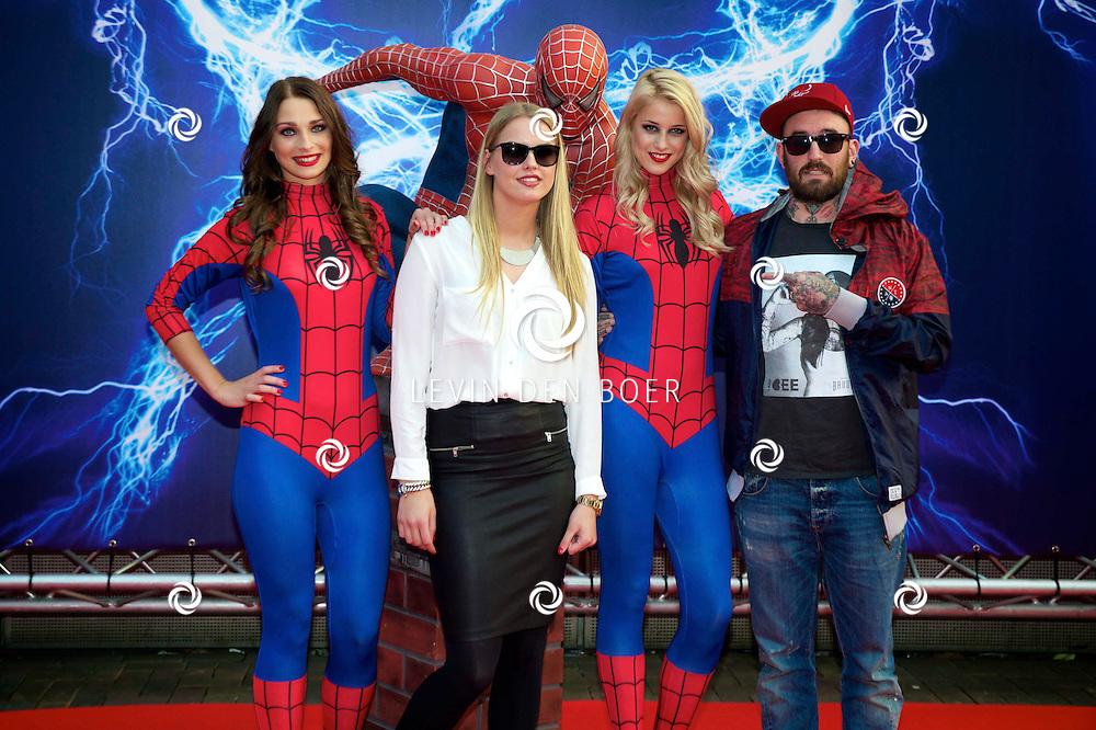AMSTERDAM - Bij het Pathe ArenA Theater is de filmpremière van Spiderman II gehouden. Met hier op de foto  Ben Saunders en ???. FOTO LEVIN DEN BOER - PERSFOTO.NU