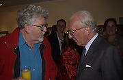 Rolf Harris and Lord Carrington. Fleur Cowles exhibition private view. Messens Gallery. Cork St. London. 11 June 2002. © Copyright Photograph by Dafydd Jones 66 Stockwell Park Rd. London SW9 0DA Tel 020 7733 0108 www.dafjones.com