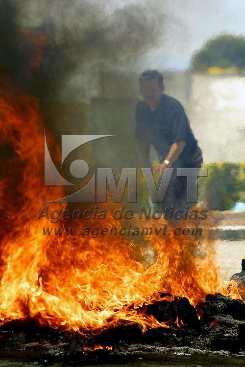 Toluca, M&eacute;x.- Elementos de la Delegacion de la PGR durante la incineracion de estupefacientes decomisados en el Valle de Toluca. Agencia MVT / Mario V&aacute;zquez de la Torre. (DIGITAL)<br /> <br /> NO ARCHIVAR - NO ARCHIVE