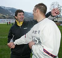 Fotball, 21. april 2002. Tippeligaen, Sogndal v  Start. Fosshaugane. Jan Halvor Halvorsen, trener i Start, og Håvard Flo, Sogndal.