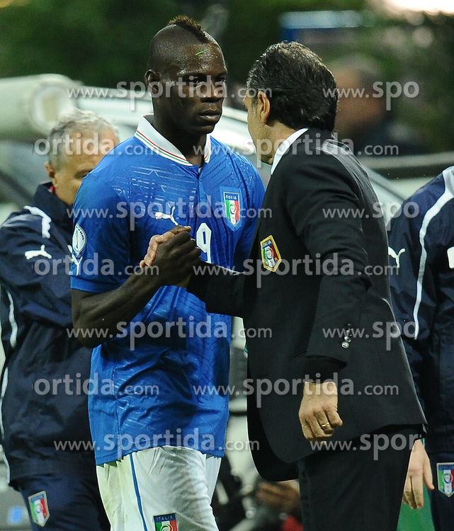 16.10.2012, Giuseppe Meazza Stadion, Mailand, ITA, FIFA WM Qualifikation, Italien vs Daenemark, im Bild Cesare Prandelli und Mario Balotelli // during the FIFA World Cup Qualifier Match between Italy and Denmark at the Stadio Giuseppe Meazza, Milano, Italy on 2012/10/16. EXPA Pictures © 2012, PhotoCredit: EXPA/ Insidefoto/ Antonietta Baldassarre..***** ATTENTION - for AUT, SLO, CRO, SRB, SUI and SWE only *****