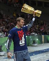 FUSSBALL  DFB POKAL FINALE  SAISON 2013/2014 Borussia Dortmund - FC Bayern Muenchen     17.05.2014 Torwart Manuel Neuer (FC Bayern Muenchen) jubelt mit dem DFB-Pokal