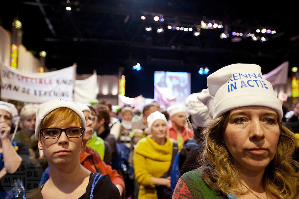 Demonstratief keren demonstranten de rug naar minister Bijsterveld die een toespraak houdt. Enkele duizenden leraren demonstreren in Nieuwegein tegen de bezuinigingen op het passend onderwijs. Met de acties hopen ouders, personeel en werkgevers politiek Den Haag er van te overtuigen af te zien van de bezuiniging van 300 miljoen euro op die leerlingen die extra steun nodig hebben.<br /> <br /> Protesters are turning their back to minister Bijsterveld, while she is speaking at a demonstration against her policy. Several thousand teachers are protesting against the cuts at the special education.