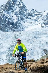 15-09-2017 ITA: BvdGF Tour du Mont Blanc day 6, Courmayeur <br /> We starten met een dalende tendens waarbij veel uitdagende paden worden verreden. Om op het dak van deze Tour te komen, de Grand Col Ferret 2537 m., staat ons een pittige klim (lopend) te wachten. Na een welverdiende afdaling bereiken we het Italiaanse bergstadje Courmayeur. Inigo