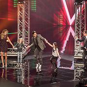 NLD/Hilversum/201702017- Finale The Voice of Holland 2017, Wendy van Dijk aan het dansen met Waylon