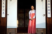 Dame an einem Eingang zum Korea Haus - einem Zentrum der koreanischen Kultur - in der koreanischen Haupstadt Seoul.<br /> <br /> Woman at the entrance to the Korea house - a center for korean culture - in the korean capital Seoul.