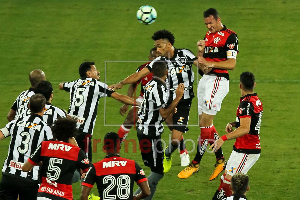 Réver (d) Luis Ricardo (d) durante a partida Botafogo x Flamengo, válida pelo 1o jogo das semifinais da Copa do Brasil 2017, realizada no estádio Nilton Santos (Engenhão), no bairro ddo Engenho de Dentro, na noite dessa quarta (16), Rio de Janeiro, RJ. Foto:  Ide Gomes/Framephoto